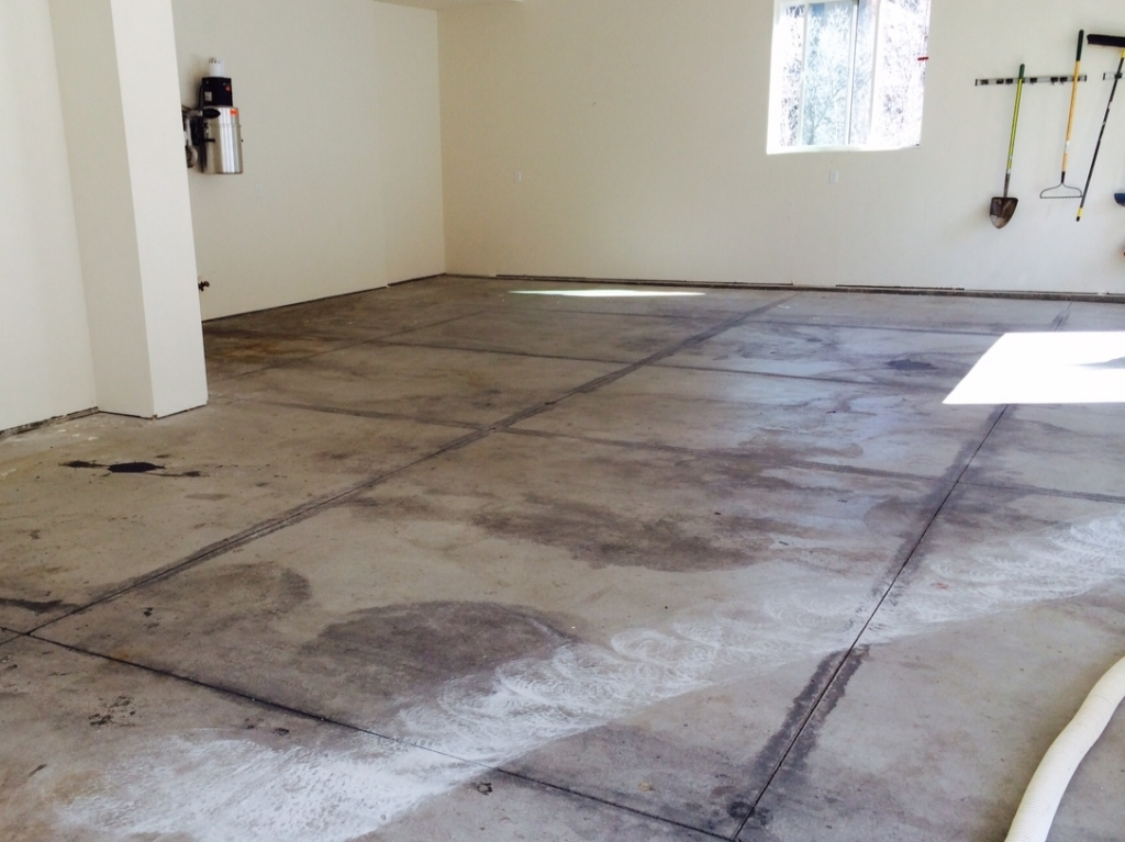 Professional epoxy garage floor coatings vs diy epoxy kits for Garge floor